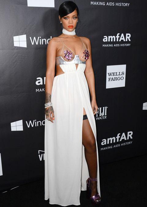 <p>Demasiado atrevido el outfit de <strong>Rihanna</strong> con un vestido blanco de tirantes con transparencias en el pecho y abertura en la falda que dejaba ver sus medias. El diseño lo firma <strong>Tom Ford</strong>.</p>