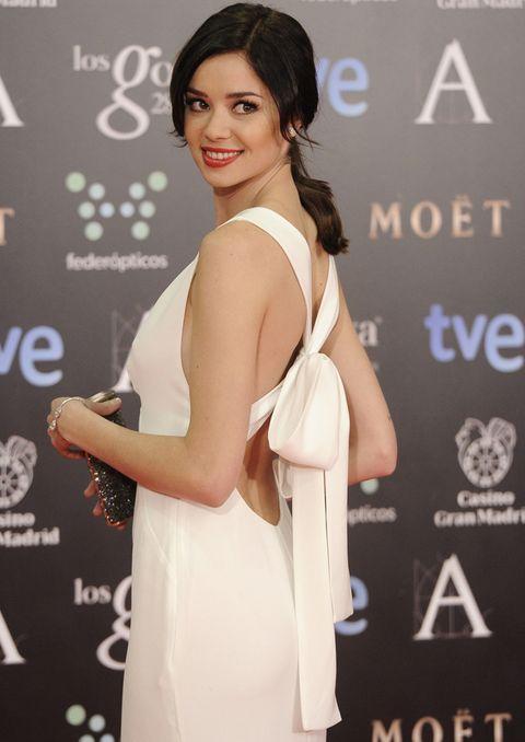 <p>Todo delicadeza la espalda con lazo del vestido de <strong>Carolina Herrera</strong> que eligió <strong>Dafne Fernández</strong>.</p>