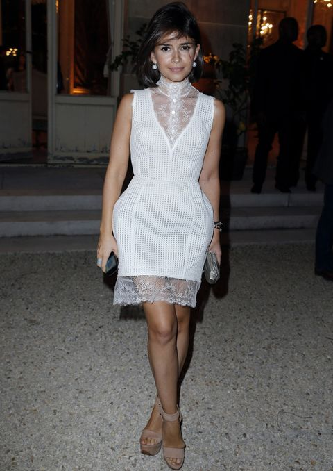 <p>Ella es única, igual que este little white dress con encaje y falda estructurada que combina con sandalias nude y clutch metalizado.</p>