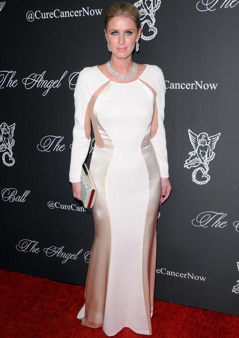 <p><strong>Nicky Hilton</strong> tuvo un error tremendo al elegir este vestido blanco con detalles satinados que le pone años encima y no le sienta nada bien. Las joyas también nos resultan algo excesivas.</p>