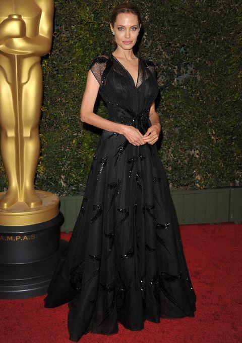 <p>Para recoger su galardón la actriz y directora eligió un elegante vestido negrodecorado con cristales de Swarovski de <strong>Atelier Versace</strong>.</p>