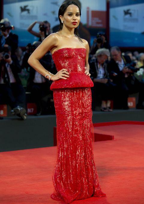 <p>Su compañera de reparto <strong>Zoe Kravitz</strong> también apostó por las lentejuelas pero las de color rojo de este sensual vestido palabra de honor con cuerpo peplum de <strong>Armani Privé</strong>.</p>