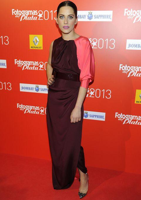 <p><strong>María León</strong> con un vestido asimétrico bicolor en rosa y berenjena más salones joya. Un recogido pulido con raya al medio y labios en rosa flúor hicieron el resto.</p>
