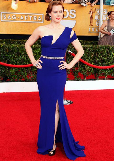 <p>Toda una diva <strong>Amy Adams</strong> en en los premios del Sindicato de Actores con este vestido asimétrico en azul eléctrico con cinturón de cristal de <strong>Antonio Berardi</strong> combinado con unos peep toe negros de <strong>Jimmy Choo</strong>.&nbsp;</p>