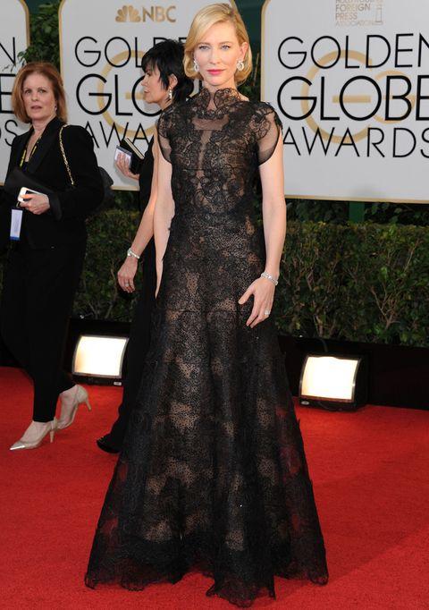 <p>Encabeza nuestro ranking, una elegante y espectacular de <strong>Cate Blanchett</strong>, con este maravilloso diseño en negro de tul y encaje de la colección<strong>Armani Privé Fall 2013 Couture. </strong>Como accesorios, pumps de<strong>Jimmy Choo </strong>y pendientes de diamantes de<strong> Chopard.</strong></p>