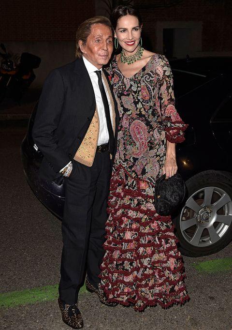 <p>El invitado estrella de la noche, el diseñador <strong>Valentino Garavani</strong> con<strong> Adriana Abascal</strong>, vestida con traje flamenco de flores.</p>