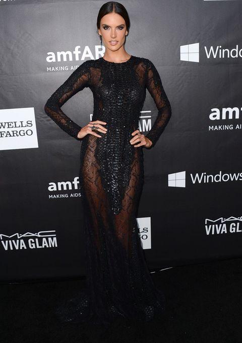 <p>De negro, con transparencias y paillettes vimos a una elegante y sensual <strong>Alessandra Ambrosio</strong>de<strong> Zuhair Murad</strong>. Perfecto también su peinado con raya en medio y su maquillaje en clave dark.</p>