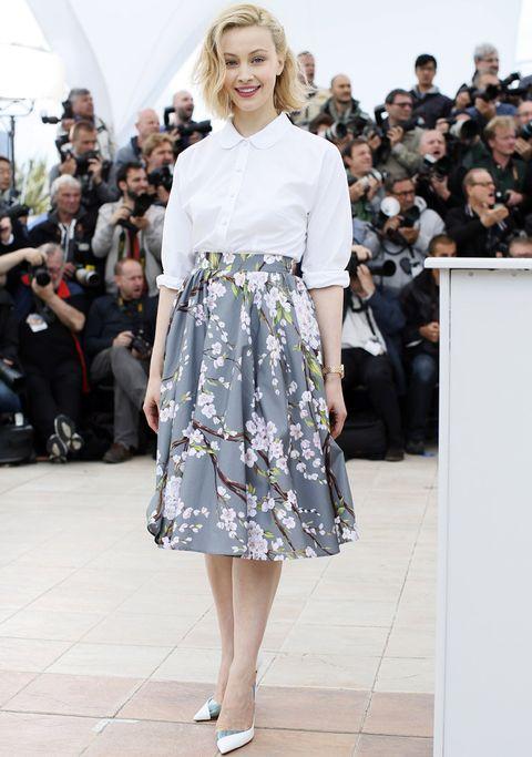 <p>Hemos tenido un flechazo con esta falda lady de <strong>Dolce & Gabbana</strong> que la actriz <strong>Sarah Gadon</strong> combina a la perfección con una camisa básica blanca y unos salones bicolor.</p>