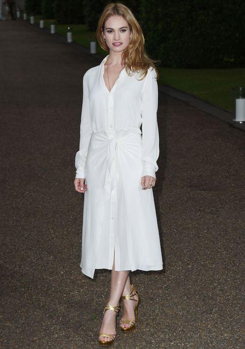 <p>Sencilla y muy elegante con un vestido camisero blanco de <strong>Ralph Lauren Collection</strong>.</p>