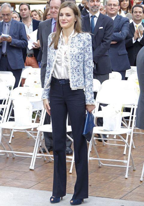 <p>Uno de sus habituales outfits de traje de chaqueta y pantalón en la que la diferencia la marca su chaqueta bordada en azul y blanco.</p>