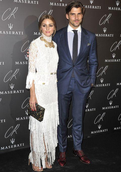 <p><strong>Olivia Palermo y Johannes Huebl</strong> se saltaron el dress code de la fiesta y eligirón un vestido blanco de encaje y un traje azul.&nbsp&#x3B;</p>