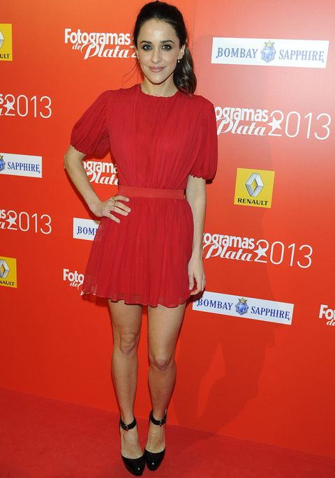 <p>Muy colorida y favorecida<strong>Macarena García</strong> con un minivestido plisado de color rojo y pumps negros al tobillo.</p>