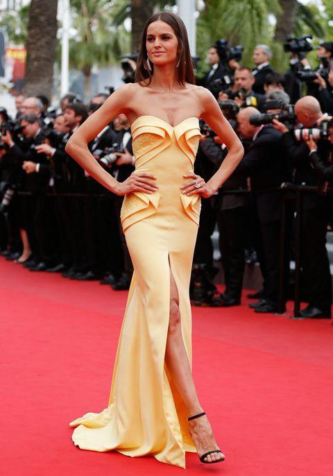<p>El amarillo no da mala suerte sobre la alfombra roja y así lo demuestra <strong>Izabel Goulart</strong> con un vestido de palabra de honor y escote corazón con abertura en la pierna. Maravillosa.&nbsp&#x3B;</p>