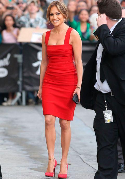 <p>Es la perfecta mujer de rojo con este ajustado vestido de tirantes de <strong>Preen</strong> y salones a juego de <strong>Casadei</strong> que eligió para asistir al programa 'Jimmy Kimmel Live'.&nbsp;</p>