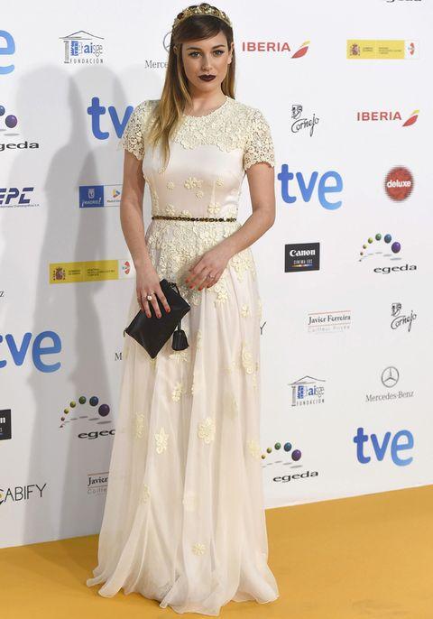 <p><strong>Blanca Suárez</strong> fue la gran decepción de los Premios José María Forqué de este año. La mezcla del vestido largo blanco con encaje más corona de <strong>Dolce&amp;Gabbana</strong>, bolso de mano negro y labios 'vamp' no encaja.&nbsp;</p>