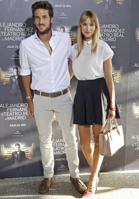 <p>También muy coordinados, la pareja formada por&nbsp&#x3B;<strong>Alba Carrillo y Feliciano López</strong>, ambos con camisa blanca. Alba además llevaba una falda negra de estilo 'skater', zapatos de <strong>Valentino</strong> y bolso en color crema.</p>