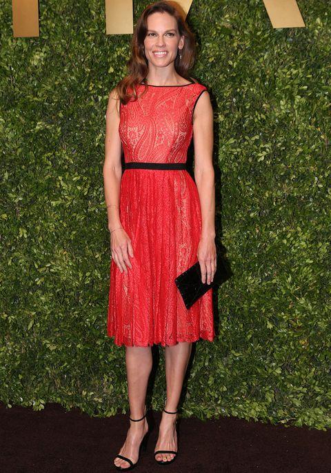 <p>En rojo con un vestido midi de encaje y accesorios en negro de la colección Transeason 2014. Así de elegante vimos a <strong>Hilary Swank</strong>.</p>
