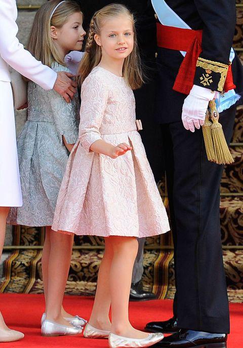 <p>El día de la coronación de su padre el Rey Felipe XI, la pirincesa Leonor llevaba otro vestido de la firma <strong>Nanos</strong>, también rosa, pero en esta ocasión brocado.</p>
