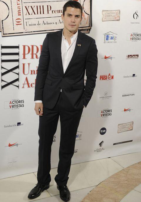<p>Muy elegante el actor <strong>Alex González</strong> con un traje negro y camisa blanca, protagonizó el reencuentro de la noche al coincidir con su ex Adriana Ugarte.</p>
