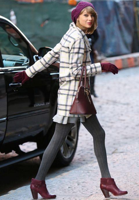 <p>Fiel a los looks lady, pillamos a <strong>Taylor Swift</strong> con un abrigo de cuadros, falda de volantes, leotardos en gris y accesorios combinados en burgundy.</p>