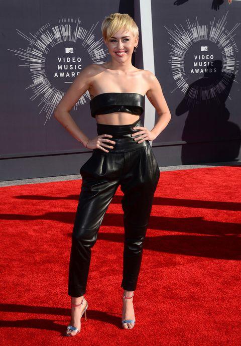 """<p><strong>&nbsp;Miley Cyrus</strong> escogió un look 'leather' para esta gala veraniega. Su 'outfit' se compuso de un micro-top&nbsp; y unos 'baggy pants' con fajín, todo de cuero negro de <strong>Alexandre Vauthier</strong><a href=""""http://www.redcarpet-fashionawards.com/2014/08/25/miley-cyrus-alexandre-vauthier-2014-mtv-video-music-awards-vma/"""" title=""""Permalink to Miley Cyrus In Alexandre Vauthier Couture – 2014 MTV Video Music Awards #VMA"""" target=""""_self""""> </a>y sandalias plateadas de pulsera. </p>"""