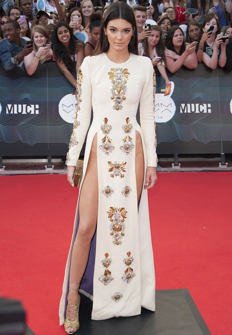 <p>Vale que <strong>Kendall Jenner</strong> sea modelo y que con su cuerpo de infarto puede permitirse ciertos riesgos, pero esta vez se ha pasado. En los MuchMusic Video Awards de Toronto la vimos con este vestido blanco con detalles joya en dorado y dos pronunciadas aberturas laterales de<strong> Fausto Puglisi Otoño 2013</strong> muy excesivas. Las sandalias de cordones en dorado tampoco mejoraban el estilismo.</p><p>&nbsp;</p>