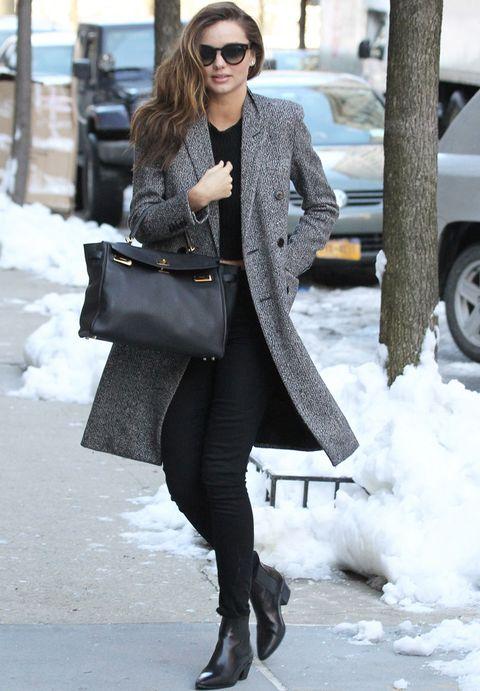 <p><strong>Miranda Kerr</strong>nos ha conquistado con su ouftit en negro en el que destaca su abrigo gris jaspeado perfecto para la fría ciudad de Nueva York.</p>