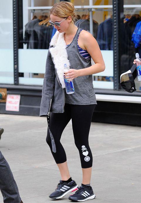 <p>La actriz <strong>Jennifer Lawrence</strong> no descuida su figura, y para hacer ejercicio apuesta por combinar negro, gris y blanco más un top a rayas.</p>