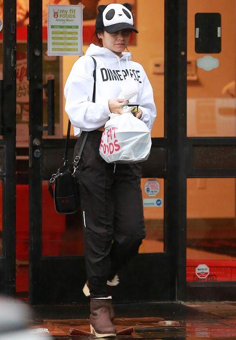 <p>Lo de salir a la calle disfrazada de oso panda no le funciona a&nbsp;<strong>Vanessa Hudgens</strong> en este outfit deportivo en blanco y negro con una llamativa gorra.&nbsp;</p>