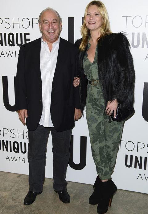 <p><strong>Kate Moss</strong> no podía faltar a su cita con Topshop y lo hizo con un mono de print militar, abrigo de pelo negro y botines del mismo color.</p>