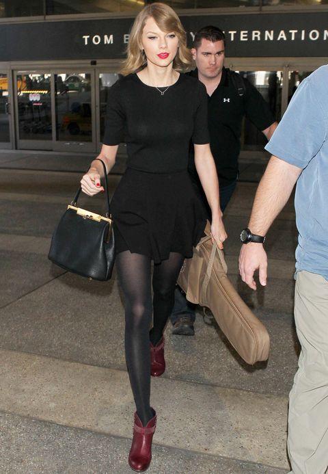 <p><strong>Taylor Swift</strong> se mantiene fiel a los minivestidos también a la hora de coger un avión y apuesta por un básico little black dress combinado con botines burgundy y bolso de mano.</p>