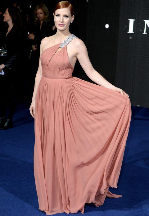 <p>Toda una belleza <strong>Jessica Chastain</strong> en la premiere en Londres de 'Interstellar' con este vaporoso vestido rosa salmón con un tirante joya asimétrico de <strong>Saint Laurent</strong>. El acertado recogido pulido dejaba ver sus pendientes de estrella de <strong>Chanel</strong> y su maquillaje de 10 para el look.</p><p></p><p></p>