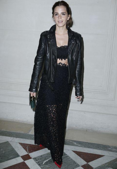 <p><strong>Emma Watson</strong> también acudió al desfile de <strong>Valentino</strong> aunque con un estilismo más dark con falda y crop top de crochet, 'perfecto' y salones rojos.</p>