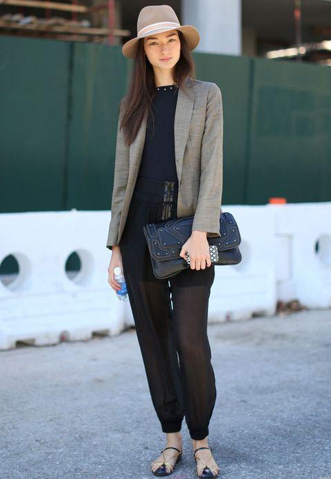<p>Un look sencillo pero perfecto y lleno de detalles, Sombrero, pantalones con transparencias y accesorios chic.</p>