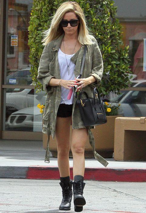 <p><strong>Ashley Tisdale</strong> se resiste a guardar sus shorts en el armario y para poder lucirlos recurre su parka de print militar.</p>