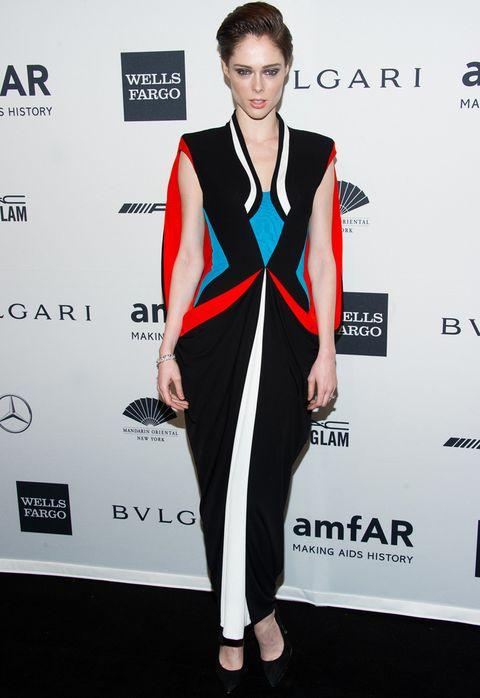 <p>Con un original modelo de print lineal en rojo, azul, blanco y negro de <strong>Jean Paul Gaultier Couture Primavera 2014</strong>combinado con unos zapatos en negro.</p>