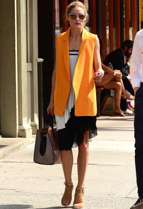 <p>Sólo <strong>Olivia Palermo</strong> se atrevería a ponerse esta falda plisada black &amp; white de <strong>Zara</strong> como un vestido palabra de honor. La it girl lo combina de 10 con un chaleco naranja también de zara, botines peep toe en camel de <strong>Aquazura</strong> y de <strong>Smythson</strong>.</p>