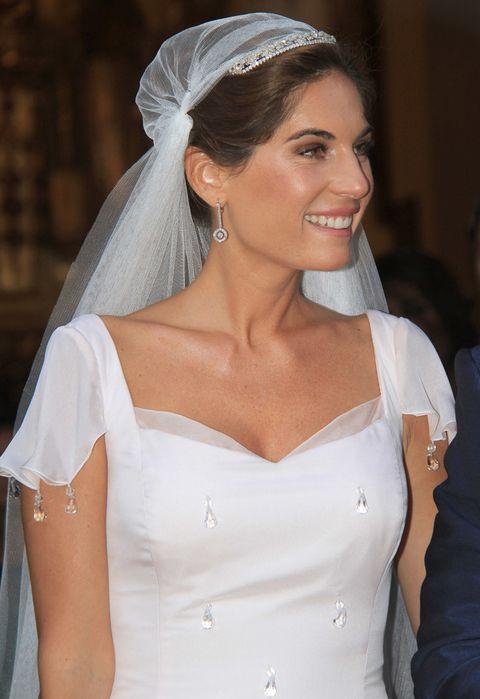 <p>Tanto el vestido, con lágrimas de cristal cosidas, como el maquillaje, peinado y complementos estaban inspirados en los años 20.</p>