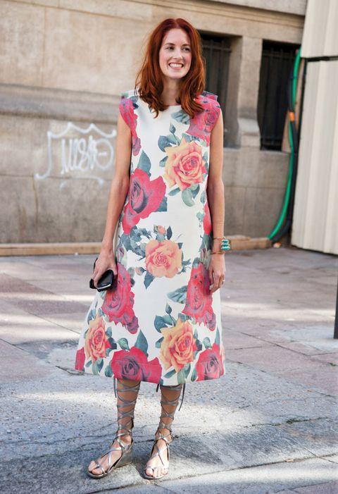 <p>Vestido de estampado floral con base blanca. y corte midi. </p>
