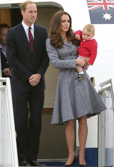 <p>La gira llega a su fin y los Duques de Cambridge posan junto a su hijo George justo antes de coger el avión de vuelta. Kate lucía el mismo abrigo de&nbsp;<strong>Emilia Wickstead&nbsp;</strong>que en el Australian War Memorial aunque sin el tocado.&nbsp;</p>