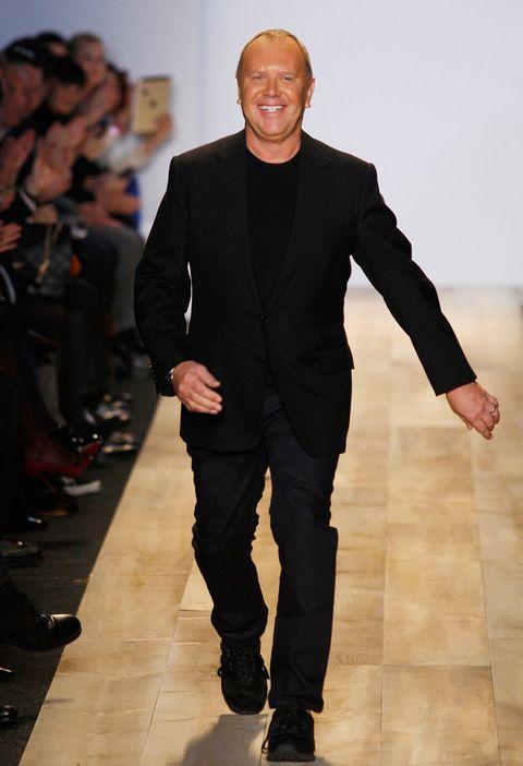 <p><strong>Michael Kors</strong> siempre lleva la misma parte de arriba, camiseta y americana negras. Los pantalones suelen ser negros, pero a veces, se permite algún cambio.</p>