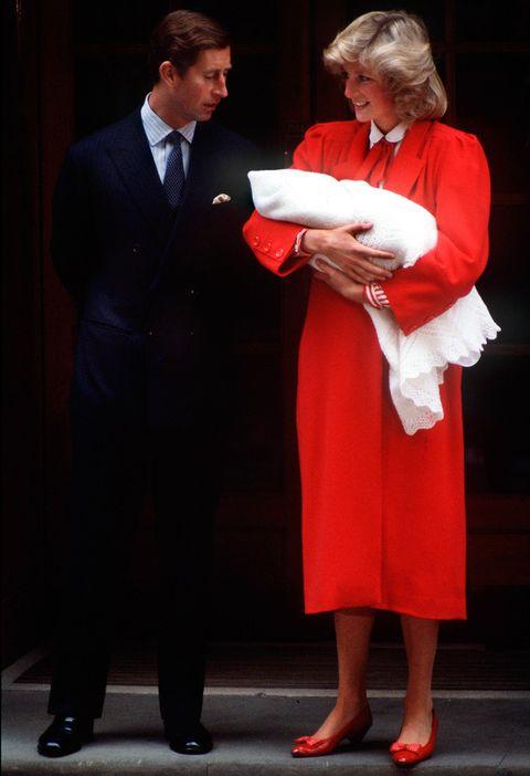 <p>Cuando nació el Príncipe Harry, la princesa Diana eligió este look de abrigo rojo, camisa de rayas y salones bajos rojos para su salida del <strong>Hospital&nbsp;St. Mary's el 16 de septiembre de 1984</strong>.</p>