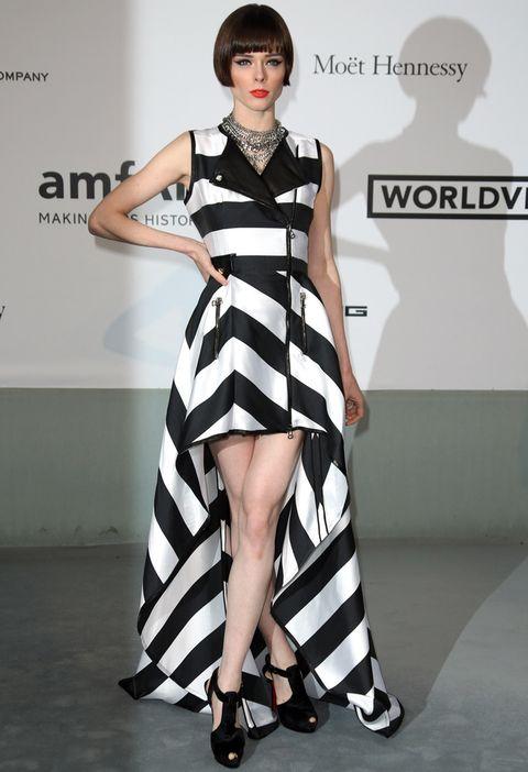 <p>En blanco y negro y a rayas, la modelolució este modelo navy tail hem con cremalleras dede la firma <strong>IRFE</strong> con unas sandalias negras enla Gala de Cine amfAR contra el Sida celebrada durante el Festival de Cannes</p>
