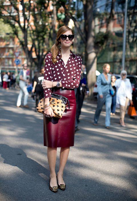 <p>La 'it girl' y blogger<strong>Chiara Ferragni</strong> luce una de las camisas más buscadas por las 'celebs' de la temporada: este modelo en burdeos con corazones blancos. Remata un outfit de 10 con falda de piel en el mismo color y accesorios en camel y negro.</p>