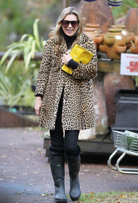 <p><strong>Kate Moss</strong> acierta al integrar las suyas en un look en negro al que da los toques especiales con un abrigo de print animal y una cartera amarilla.</p>