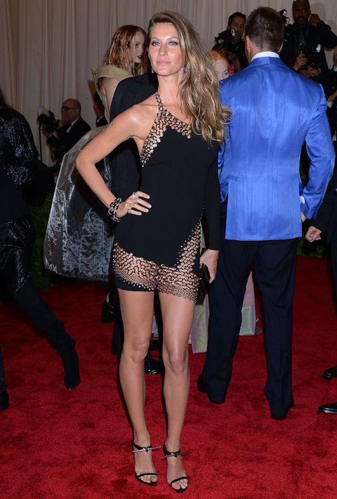<p>Nadie como la modelo brasileña puede presumir de piernas con los minivestidos. Este little black dress con detalle de cota de malla es la prueba.&nbsp&#x3B;</p>