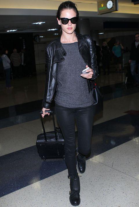 <p>En negro y gris, con una de las mejores prendas para ir al aeropuerto, una 'perfecto'. Así va la modelo <strong>Alessandra Ambrosio</strong> a la terminal.</p>