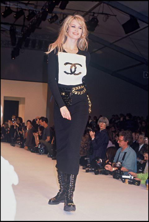 <p>Su (buena) relación con Chanel comenzó a principio de los 90 cuando una desconocida Claudia apareció de la mano de Karl Lagerfeld tras un desfile de la <i>Maison</i>. La suerte estaba echada.</p>