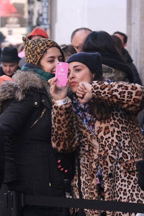 <p>Dos de nuestras protagonistas del 'street style' sonríen a su cámara momentos antes de ser por fin testigos de la nueva colección de <strong>Isabel Marant</strong> para H&M. Charlas y sonrisas para campear las horas de cola.</p>
