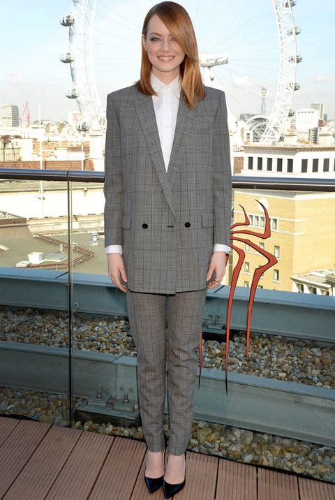 <p>Esta vez con Londres de fondo, <strong>Emma Stone</strong>&nbsp&#x3B;eligió para la presentación de día un traje Príncipe de Gales de <strong>Saint Laurent colección Primavera 2014</strong> combinado con dos básicos, una camisa blanca y unos salones negros de <strong>Christian Louboutin</strong>. La naturalidad fue la norma para su peinado liso y su maquillaje.&nbsp&#x3B;&nbsp&#x3B;</p>